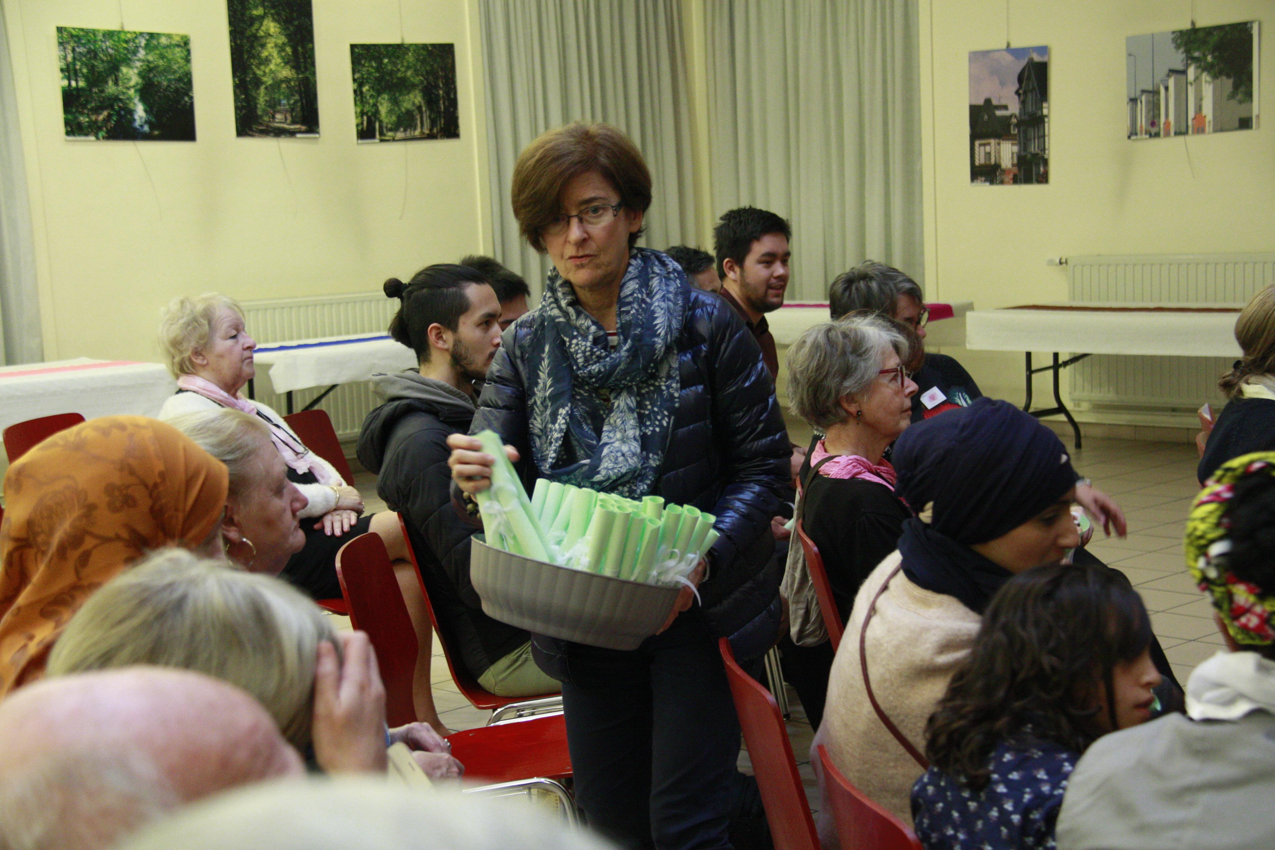 Helen distribue le poeme d-ESther-Marie Becquart