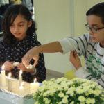 Les enfants allument les bougies